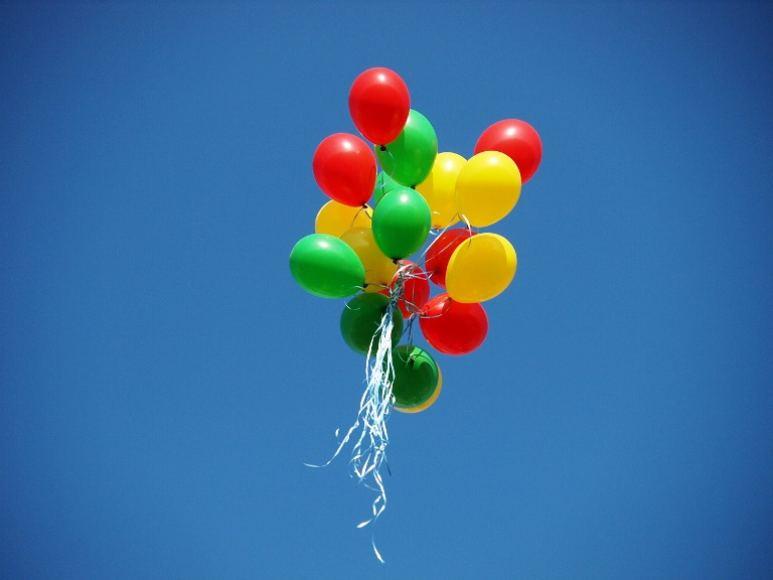 trispalvė balionai
